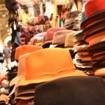 Stoffe e cappelli al mercatino a Firenze