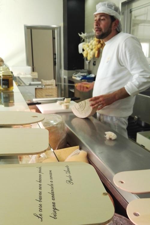 Paolo Amato del Caseificio Aurora con i suoi formaggi